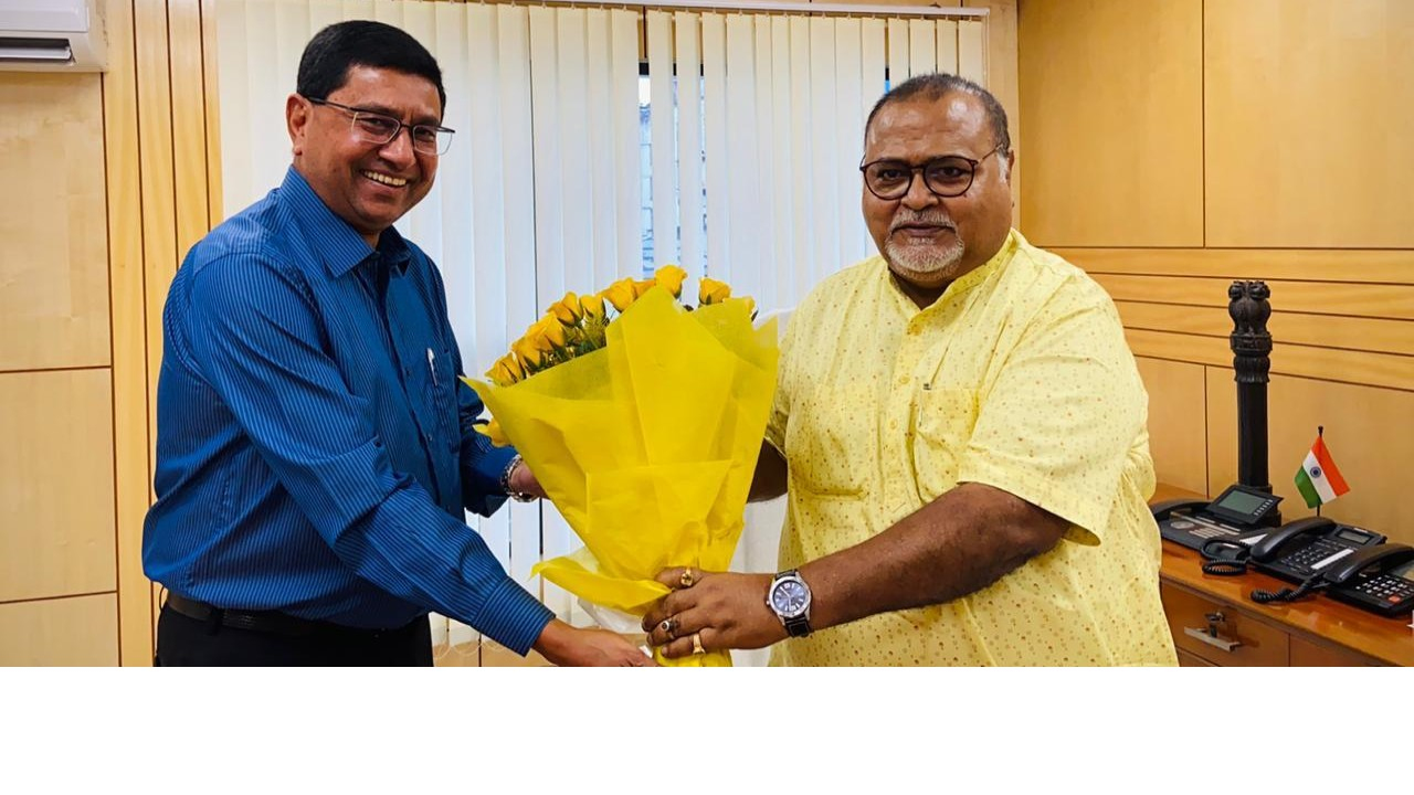 Sanjay Budhia with Partho Chatterjee (MIC – Industry, Commerce, and Enterprise, IT & Electronics and Parliamentary Affairs Govt of WB) at Silpo Sadan